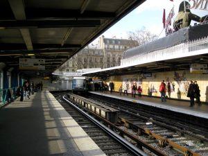 800px-Bastille_line1_Métro_Station_01